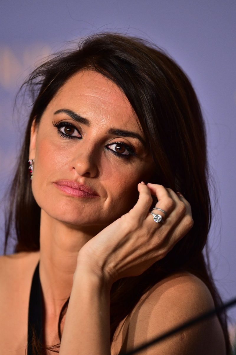 penelope-cruz-everybody-knows-press-conference-at-cannes-film-festival-4