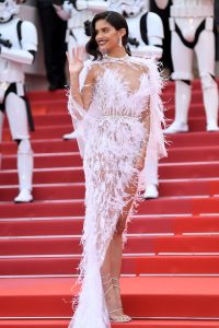 sara-sampaio-solo-a-star-wars-story-red-carpet-in-cannes-5